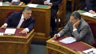 Budapest, 2017. június 14. Orbán Viktor miniszterelnök (b) és Lázár János, a Miniszterelnökséget vezetõ miniszter az Országgyûlés plenáris  ülésén 2017. június 14-én. MTI Fotó: Máthé Zoltán