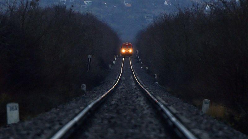 Vámosújfalu, 2017. december 29.M41-es dízelmozdony vontat egy személyvonatot a villamosítás alatt álló Szerencs-Sátoraljaújhely vasútvonalon Vámosújfalunál 2017. december 29-én.MTI Fotó: Máthé Zoltán