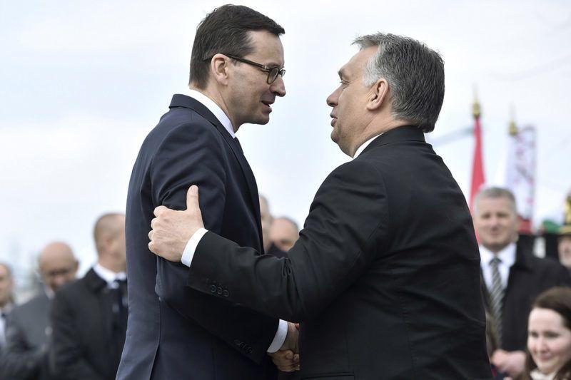 Budapest, 2018. április 6.Orbán Viktor miniszterelnök (j) és Mateusz Morawiecki lengyel kormányfő a szmolenszki légikatasztrófa áldozatainak emlékére állított, Mementó Szmolenszkért elnevezésű emlékmű felavatásán Budafokon 2018. április 6-án.MTI Fotó: Máthé Zoltán