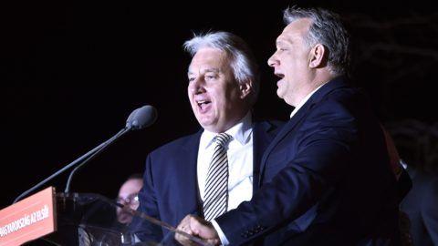 Budapest, 2018. április 8. Orbán Viktor miniszterelnök, a Fidesz elnöke (j) és Semjén Zsolt nemzetpolitikáért felelõs miniszterelnök-helyettes, a Kereszténydemokrata Néppárt (KDNP) elnöke a Kossuth-nótát éneklik a párt választási eredményváró rendezvényén a Bálna Budapest rendezvényközpontban az országgyûlési képviselõ-választás napján, 2018. április 8-án. MTI Fotó: Máthé Zoltán