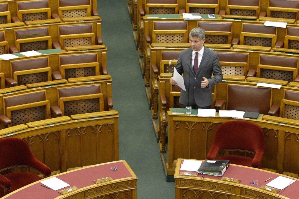 Budapest, 2016. április 27.Szatmáry Kristóf fideszes képviselő felszólal az egyes iskolaszövetkezetekkel összefüggő törvények módosításáról szóló általános vitában az Országgyűlés plenáris ülésén 2016. április 27-én.MTI Fotó: Bruzák Noémi