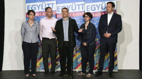 Budapest, 2018. április 9.Szigetvári Viktor, az Együtt miniszterelnök-jelöltje (b2), Juhász Péter pártelnök (b3), valamint Spät Judit (b), Hajdu Nóra (b4) és Pataki Márton (j) elnökségi tagok az Együtt választási eredményváró rendezvényén tartott sajtótájékoztatójukon a budapesti Spicc Terasz épületében 2018. április 8-án.MTI Fotó: Bruzák Noémi