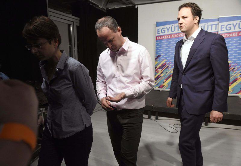 Budapest, 2018. április 9.Szigetvári Viktor, az Együtt miniszterelnök-jelöltje (k), valamint Spät Judit és Pataki Márton elnökségi tagok távoznak a párt választási eredményváró rendezvényén tartott sajtótájékoztatójukról a budapesti Spicc Terasz épületében 2018. április 8-án.MTI Fotó: Bruzák Noémi