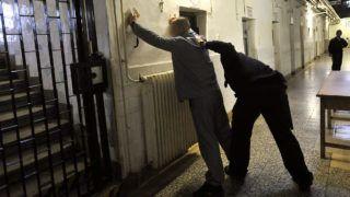 Budapest, 2010. november 18.Fogvatartottat motoz egy fegyőr a Budapesti Fegyház és Börtön Kozma utcai épületében.MTI Fotó: Beliczay László