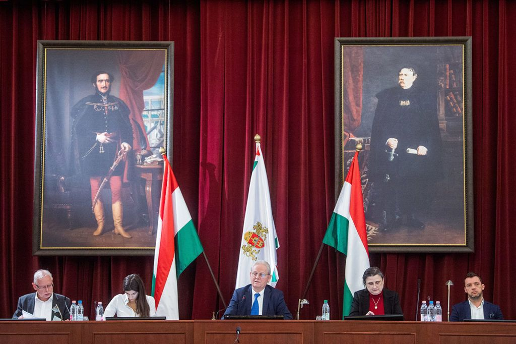 Budapest, 2018. január 24.Tarlós István főpolgármester (k), Szalay-Bobrovniczky Alexandra humán területért (b2) és Bagdy Gábor pénzügyekért felelős főpolgármester-helyettes (b) valamint Sárádi Kálmánné főjegyző (j2) és Szeneczey Balázs városfejlesztésért felelős főpolgármester-helyettes (j) a Fővárosi Közgyűlés ülésén a Városháza dísztermében 2018. január 24-én.MTI Fotó: Balogh Zoltán