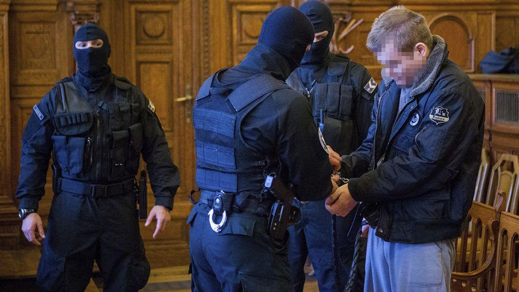 Budapest, 2018. február 5.A 2016. szeptember 24-ei Teréz körúti robbantás vádlottja az ellene előre kitervelten, aljas indokból, több ember és hivatalos személy sérelmére több ember életét veszélyeztetve elkövetett emberölés bűntettének kísérlete és más bűncselekmények miatt indult per második tárgyalási napján a Fővárosi Törvényszéken 2018. február 5-én.MTI Fotó: Balogh Zoltán