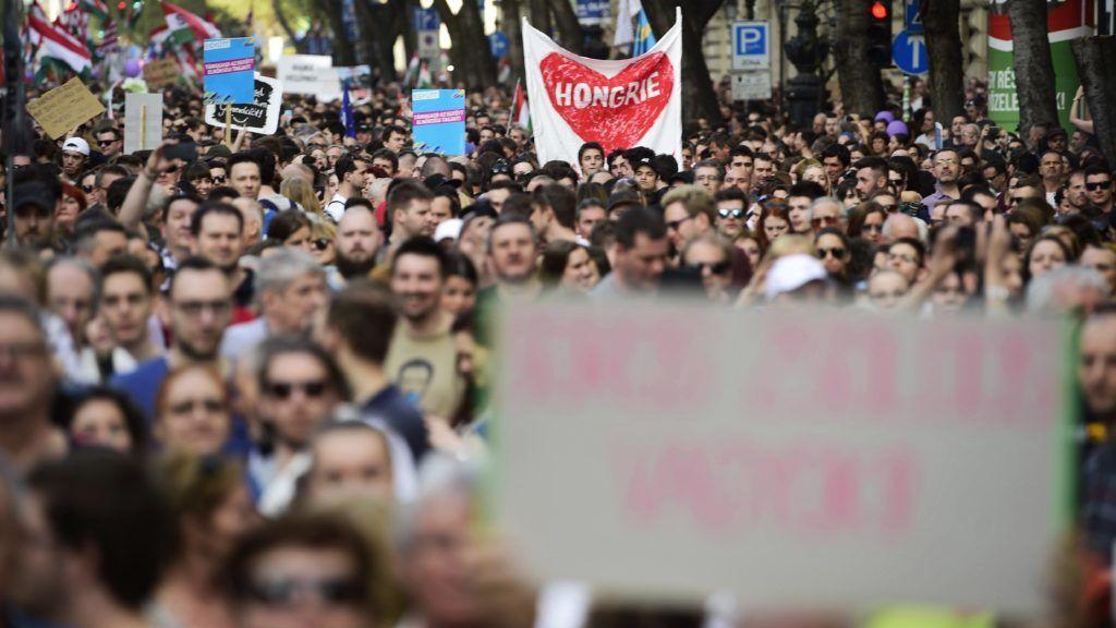 Budapest, 2018. április 14. A Facebookon meghirdetett, ellenzéki pártok részvételével tartott demonstráció Budapesten, az Operaháznál az Andrássy úton 2018. április 14-én. A résztvevõk az Operaháztól vonulnak a Kossuth térre. MTI Fotó: Balogh Zoltán