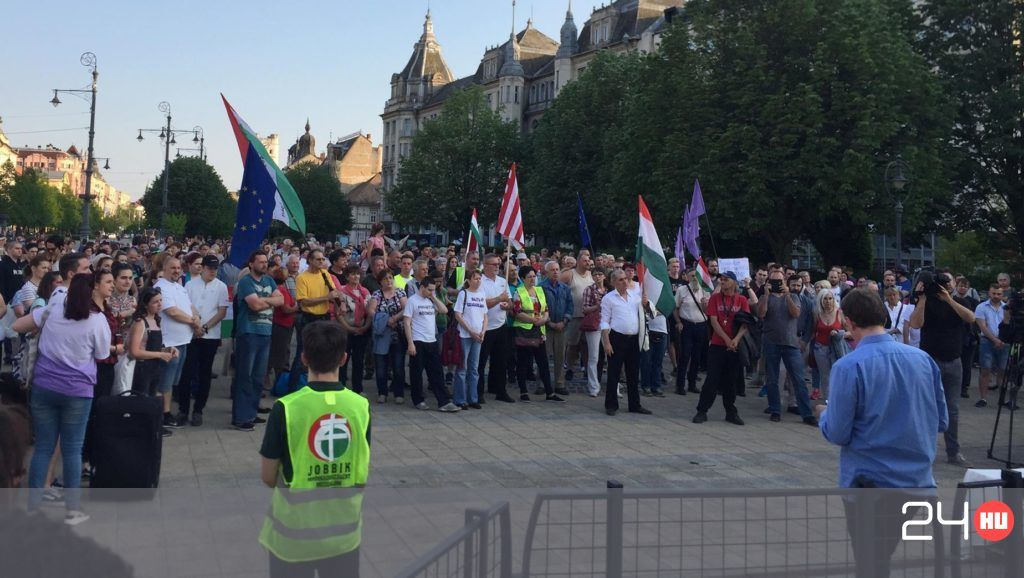 """""""Vidékről kell jönnie a megújulásnak"""" – több városban is kormányellenes tüntetést tartottak"""