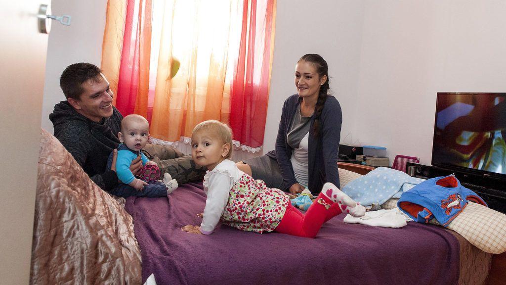 Győr, 2016. október 5.Nagy Richárd és párja, Frank Eszter gyermekeikkel a mai napon átadott új szociális bérlakásukban Győrben 2016. október 5-én. Ezen a napon tizennyolc 50 négyzetméteres, 1,5 szobás új építésű szociális bérlakást adtak át a város egyik lakóparkjában, összesen 330 millió forint értékben. A lakások bérleti díja húszezer forint alatt van.MTI Fotó: Krizsán Csaba