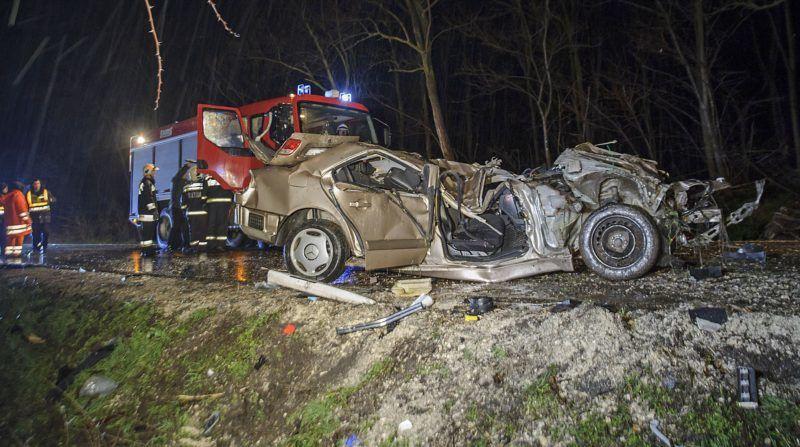 Szentmártonkáta, 2018. március 31. Összeroncsolódott személyautó a 31-es fõúton Szentmártonkáta közelében, ahol a gépjármû lesodródott az útról 2018. március 31-én. A balesetben meghalt egy ember. MTI Fotó: Lakatos Péter