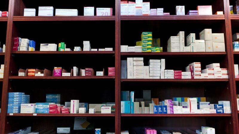Budapest, 2011. szeptember 27. Gyógyszerek egy budapesti gyógyszertárban. Október elsejétõl 534 gyógyszerért kevesebbet, 1686 készítményért viszont többet kell fizetni a patikákban. MTI Fotó: Mohai Balázs