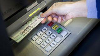 Budapest, 2014. március 25.Bankjegyeket vesz ki egy pénzkiadó automatából (ATM) egy ügyfél a Sberbank központi bankfiókjában Budapesten, a Rákóczi úton 2014. március 25-én.MTI Fotó: Mohai Balázs