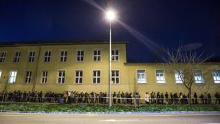 Budapest, 2018. április 8.Szavazásra várakozók állnak sorban a hivatalos zárás után Újbudán, a Bocskai István Általános Iskolánál az országgyűlési képviselő-választás napján, 2018. április 8-án. Az országban itt a legmagasabb, 10 764 a szavazásra átjelentkezők száma. Azok a szavazni akarók, akik már a sorban állnak, még leadhatják voksukat.MTI Fotó: Mohai Balázs