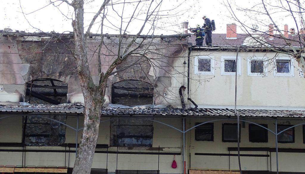 Szeged, 2018. április 14. Tûzoltók oltják egy szegedi iskola kigyulladt, különálló tornatermét a Madách utcában 2018. április 14-én. A hatszáz négyzetméteres épület cserépfedésû tetõszerkezetének nagy része beszakadt, a tûz nem terjedt tovább. MTI Fotó: Donka Ferenc