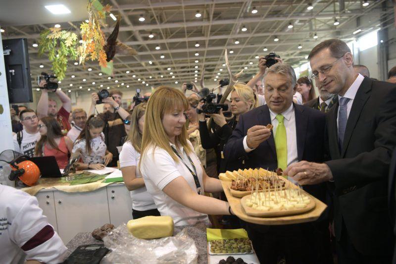Budapest, 2018. április 23. Orbán Viktor miniszterelnök (j2) és Varga Mihály, nemzetgazdasági miniszter (j) a Pesti Barnabás Élelmiszeripari Szakgimnázium és Szakközépiskola standjánál a XI. Szakma Sztár Fesztiválon a Hungexpo Budapesti Vásárközpont G pavilonjában 2018. április 23-én. Az április 25-ig tartó fesztiválon rendezik meg a Szakma Kiváló Tanulója Verseny, az Országos Szakmai Tanulmányi Verseny és a SkillsHungary döntõit. MTI Fotó: Szigetváry Zsolt