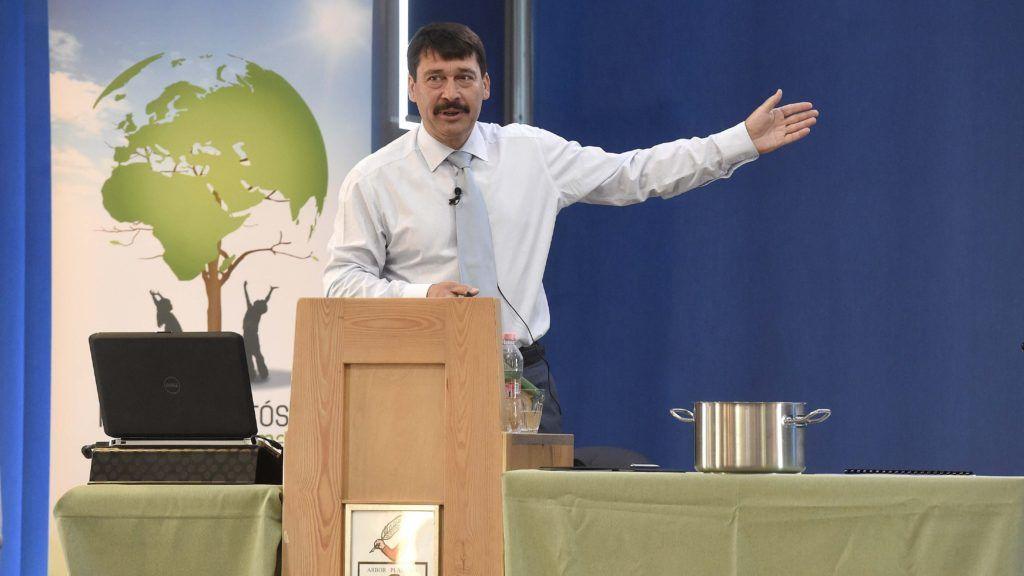 Szentendre, 2018. április 24. Áder János köztársasági elnök elõadást tart a klímaváltozásról a Szentendrei Református Gimnáziumban 2018. április 24-én. MTI Fotó: Bruzák Noémi