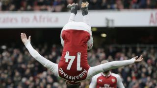 London, 2018. április 1. Pierre-Emerick Aubameyang, az Arsenal játékosa ünnepel, miután büntetõrúgásból gólt szerzett a Stoke City ellen az angol elsõ osztályú labdarúgó-bajnokság 2018. április 1-jei mérkõzésén a londoni Emirates stadionban. (MTI/AP/Tim Ireland)