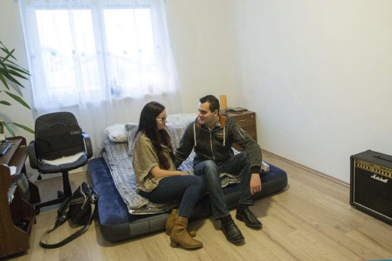 Maroslele, 2016. december 18.Tóth Katalin és Megyeri Vilmos lakók egy új szociális bérlakásban a Csongrád megyei Maroslelén 2016. december 18-án Ezen a napon ünnepség keretében  adtak át hét új szociális bérlakást a településen. A lakások 48-52 négyzetméter alapterületűek, egyszobásak, egy másfél szobás van köztük. A lakásépítés célja, hogy a településhez kötődő fiatalokat ott tartsák.MTI Fotó: Rosta Tibor