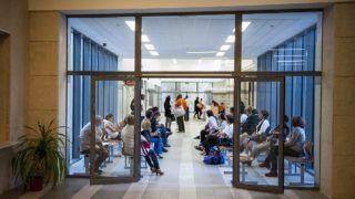 Pécs, 2014. szeptember 29.Várakozók a Pécsi Tudományegyetem Klinikai Központja Sürgősségi Orvostani Tanszék megnyílt Sürgősségi Betegellátó Osztályán 2014. szeptember 29-én. Az európai uniós pénzből finanszírozott átépítés a betegeknek és a dolgozóknak is kedvezőbb körülményeket teremt, és hatékonyabb betegellátást tesz lehetővé a 400 ágyas sürgősségi osztály.MTI Fotó: Sóki Tamás