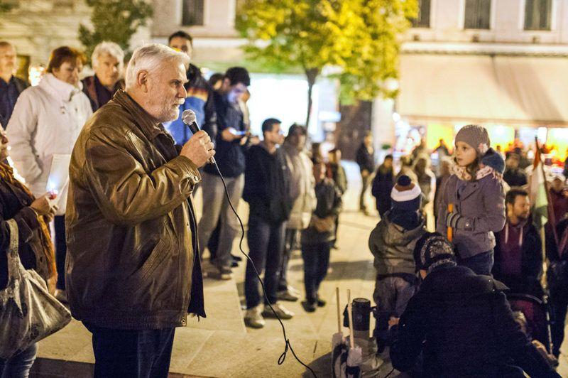 Pécs, 2014. október 28.Mellár Tamás közgazdász beszédet mond az internetadó bevezetése ellen meghirdetett demonstráción a pécsi Széchenyi téren 2014. október 28-án.MTI Fotó: Sóki Tamás