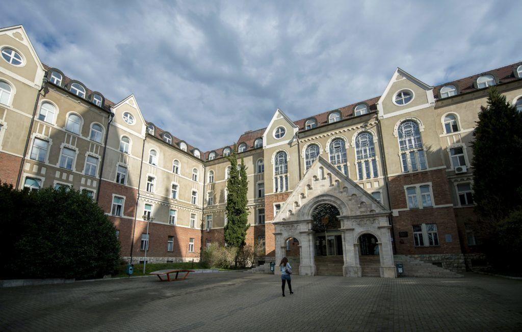 Pécs, 2016. március 31. A Pécsi Tudományegyetem (PTE) Bölcsészettudományi és Természettudományi karának épülete 2016. március 31-én. A Pécsi Tudományegyetem az 1367-es alapításának 650. évfordulóját ünnepli 2017-ben. MTI Fotó: Sóki Tamás