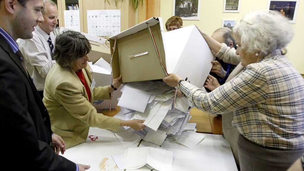 Budapest, 2014. április 6.A szavazatszámláló bizottság tagjai kiürítik az urnát és megkezdik a szavazatok számlálást a szavazóhelyiség bezárása után Budapest 1. számú választókerületében, a 11-es szavazókörben az Attila úton, az országgyűlési képviselő-választáson 2014. április 6-án. Ahol nem alakult ki sor, ott este 7 óráig szavazhattak az állampolgárok.MTI Fotó: Szigetváry Zsolt