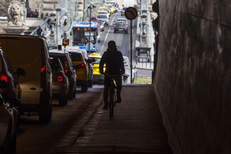 Budapest, 2017. március 16.Forgalom a Várhegy-alagútban 2017. március 16-án. A Budapesti Közlekedési Központ (BKK) a Fővárosi Önkormányzat megbízásából elkészítette a Lánchíd és a Várhegy-alagút felújítására vonatkozó terveit, a Fővárosi Közgyűlés pedig 2017. február 22-én felvette a beruházást a 2017-es fővárosi költségvetésbe - írja a Portfolio.hu.MTI Fotó: Szigetváry Zsolt