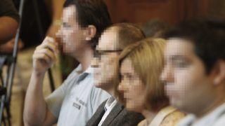 Budapest, 2016. július 12. Tarsoly Csaba (b2) a tárgyalóteremben az ellene és társai ellen indított büntetõper tárgyalásán a Fõvárosi Törvényszéken 2016. július 12-én. Az ügyészség öt vádpontban 5458 rendbeli csalást és sikkasztást ró a vádlottak terhére. A Tarsoly Csabát érintõ cselekmények száma a vád szerint 753 rendbeli. MTI Fotó: Szigetváry Zsolt