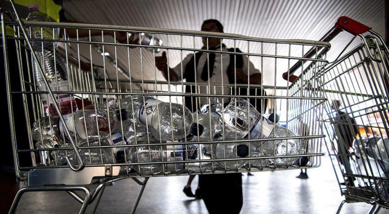 Budapest, 2017. június 23.Palackozott ásványvizet osztanak az utasoknak a Déli pályaudvaron 2017. június 23-án. A hőségriadó miatt a MÁV vizet oszt három budapesti főpályaudvaron és a nagyobb vidéki vasútállomásokon is.MTI Fotó: Szigetváry Zsolt