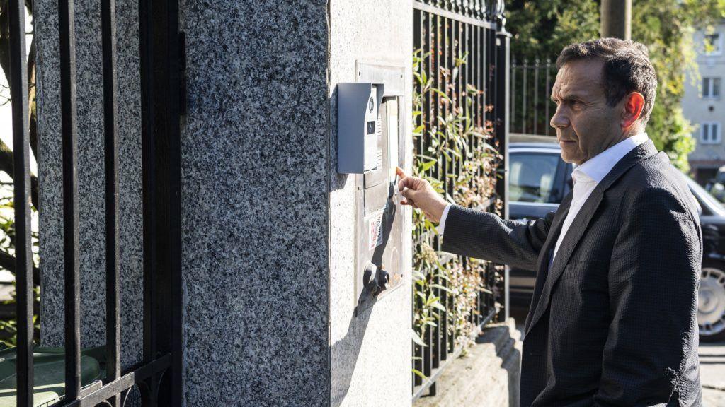 Budapest, 2018. április 19. Gyárfás Tamás volt úszószövetségi elnök és médiavállalkozó megérkezik budapesti otthonához 2018. április 19-én. Ezen a napon Fõvárosi Fõügyészség a házi õrizet elrendelését indítványozta a Fenyõ János médiavállalkozó meggyilkolásának ügyében gyanúsítottként kihallgatott Gyárfás Tamás ellen, ennek értelmében a volt úszószövetségi elnököt hazaengedték. MTI Fotó: Szigetváry Zsolt