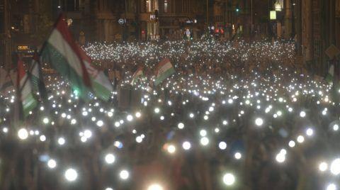 Budapest, 2018. április 21. A 2.0 Mi vagyunk a többség - újabb tüntetés a demokráciáért! címmel meghirdetett demonstráció résztvevõi Budapesten, a Szabad sajtó úton és a Kossuth Lajos utcában 2018. április 21-én. MTI Fotó: Szigetváry Zsolt