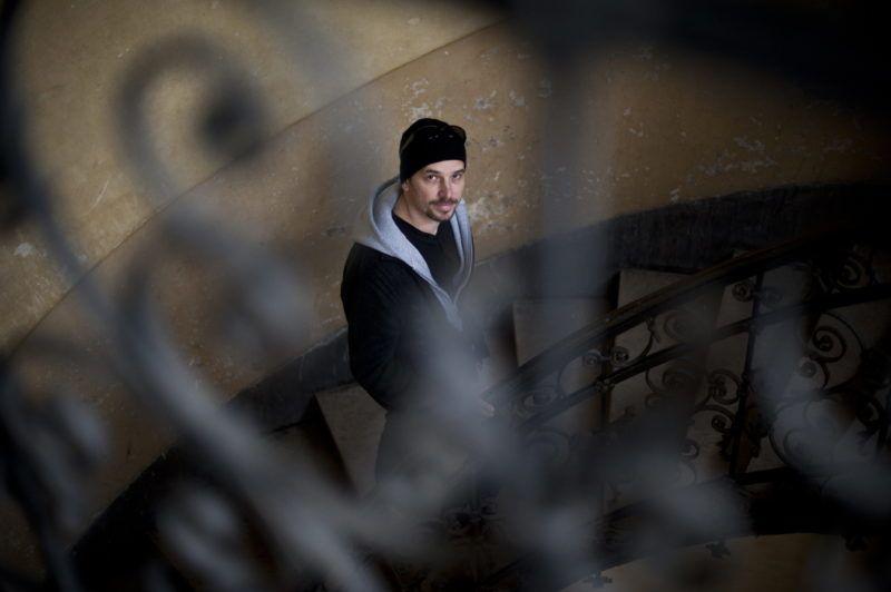 Budapest, 2011. március 28. Horgas Ádám, a MAB címû, a világhálóra készült elsõ magyar thriller websorozat rendezõje, amelyet már több mint háromszázezren töltötték le. A sorozat utolsó epizódja a napokban került fel a YouTube közösségi videomegosztó portálra. A felvétel a forgatás helyszínén, 2011. március 27-én, egy belvárosi bérházban készült. MTI Fotó: Kallos Bea