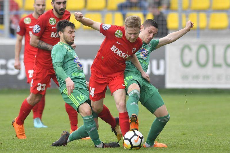 Mezõkövesd, 2018. április 7. A diósgyõri Nikólaosz Jóannidisz (b) és Óvári Zsolt (b3), valamint a szombathelyi Rácz Barnabás (b2) és Mészáros Karol (j) a labdarúgó OTP Bank Liga 25. fordulójában játszott Diósgyõri VTK - Swietelsky Haladás mérkõzésen a mezõkövesdi stadionban 2018. április 7-én. MTI Fotó: Czeglédi Zsolt