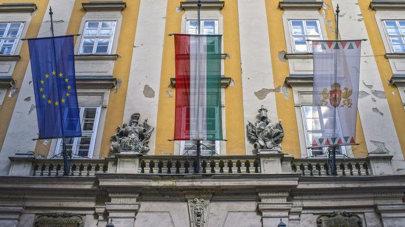 Budapest, 2017. október 7.Európai, magyar és budapesti zászlók a Fővárosi Főpolgármesteri Hivatal egyik kapuja fölött az V. kerületi Városház utcában.MTVA/Bizományosi: Róka László ***************************Kedves Felhasználó!Ez a fotó nem a Duna Médiaszolgáltató Zrt./MTI által készített és kiadott fényképfelvétel, így harmadik személy által támasztott bárminemű – különösen szerzői jogi, szomszédos jogi és személyiségi jogi – igényért a fotó készítője közvetlenül maga áll helyt, az MTVA felelőssége e körben kizárt.