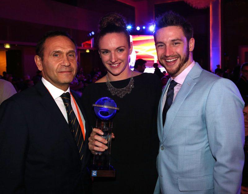 Doha, 2014. december 1.A Magyar Úszó Szövetség (MÚSZ) által közreadott képen Hosszú Katinka világbajnok úszó az év legjobb női úszójának járó elismeréssel, mellette Gyárfás Tamás, a MÚSZ elnöke (b) és Shane Tusup, az úszónő férje és edzője a nemzetközi sportági szövetség, a FINA díjátadó gálaestjén a dohai Grand Hyatt szálló báltermében 2014. december 1-jén.MTI Fotó: Músz / Szaka József