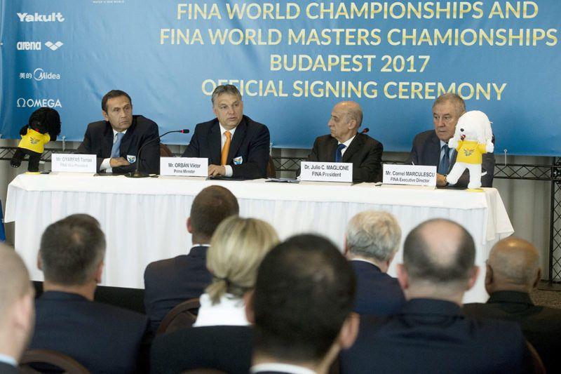 Lausanne, 2015. április 16.Orbán Viktor miniszterelnök (b2) beszél a 2017-es vizes világbajnokság budapesti rendezéséről szóló megállapodás aláírásán a svájci Lausanne-ban 2015. április 16-án. Mellette Gyárfás Tamás, a Magyar Úszó Szövetség elnöke (b), Julio César Maglione, a Nemzetközi Úszó Szövetség (FINA) elnöke (j2) és Cornel Marculescu, a FINA ügyvezető igazgatója (j).MTI Fotó: Koszticsák Szilárd