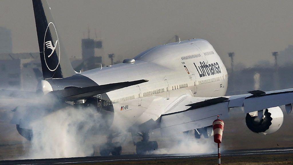 Frankfurt, 2018. március 15. A Lufthansa egyik Boeing 747-es gépe felszáll a frankfurti repülõtéren 2018. március 15-én. A német légitársaság ezen a napon ismerteti az elõzõ évi mérlegét. (MTI/AP/Michael Probst)
