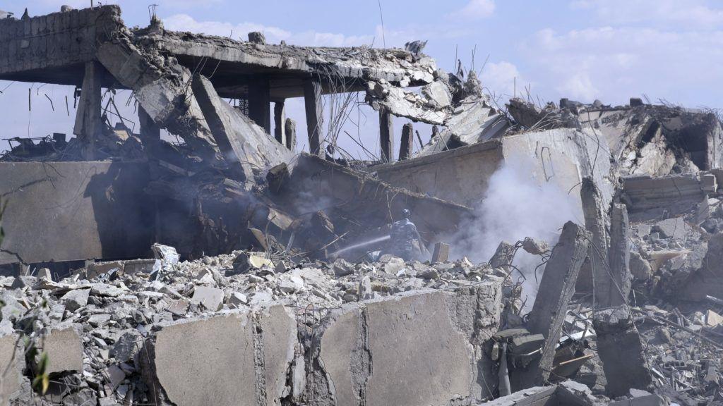 Damaszkusz, 2018. április 14. A Szíriai Tudományos Kutatóközpont egyik rommá vált épülete Damaszkusz Barzeh kerületében 2018. április 14-én. Hajnalban amerikai, brit és francia harci gépek célzott légicsapásokat hajtottak végre szíriai feltételezett vegyifegyver-raktárak ellen, válaszul az április 7-én a kelet-gútai Dúma városában elkövetett vegyifegyver-támadásra. (MTI/AP/Haszan Ammar)