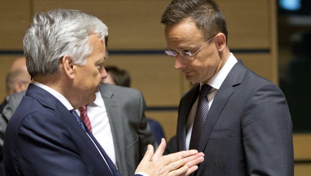 Luxembourg, 2018. április 16. Szijjártó Péter külgazdasági és külügyminiszter (j) és Didier Reynders belga külügyminiszter az európai uniós tagországok külügyminisztereinek találkozóján Luxembourgban 2018. április 16-án. (MTI/AP/Virginia Mayo)