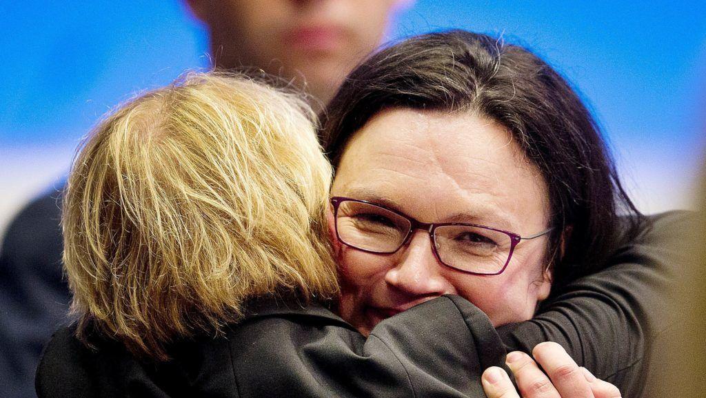 Wiesbaden, 2018. április 22. Andrea Nahles szövetségi parlamenti  frakcióvezetõnek, a Német Szociáldemokrata Párt (SPD) új elnökének (szemben) gratulálnak megválasztása után az SPD wiesbadeni kongresszusán 2018. április 22-én. A 47 éves Nahles a párt elsõ nõi elnöke.  (MTI/AP/Michael Probst)