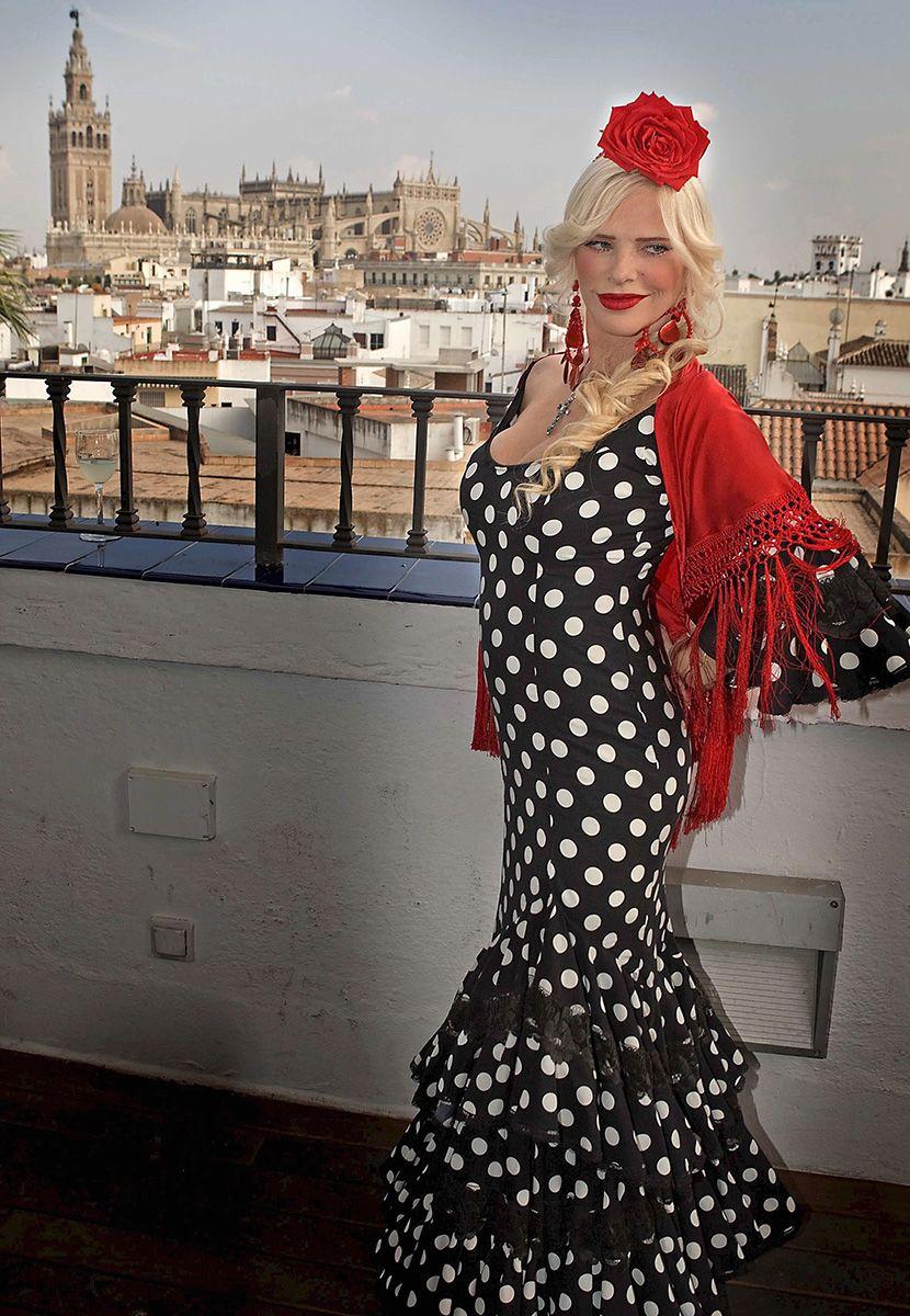 Sevilla, 2009. október 1.CICCIOLINA magyar származású olasz pornósztár - alias STALLER Ilona - flamencoruhában fényképezkedik az Eros Andalucia 2009 elnevezésű erotikafesztivál kezdete előtt Sevillában 2009. október 1-jén. Az október 2. és 4. között megrendezésre kerül fesztiválnak az egykor törvényhozói babérokra törő Cicciolina a díszvendége. (MTI/EPA/JOSE MANUEL VIDAL)