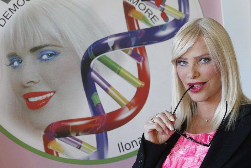 Róma, 2012. november 8.Cicciolina, azaz Staller Ilona magyar származású volt pornószínésznő és politikus sajtóértekezleten vesz részt Rómában 2012. november 8-án, ahol bemutatja a Demokrácia, Természet, Szerelem (Democracy Nature Love, DNA, magyarul DNS) névvel alapított pártját, amellyel a 2013-ban esedékes olaszországi parlamenti választásokra készül. Az 1972-ben Olaszországba települt Staller Ilona 1987 és 1992 között a Radikális Párt képviselője volt a római parlamentben. (MTI/EPA/Alessandro Di Meo)