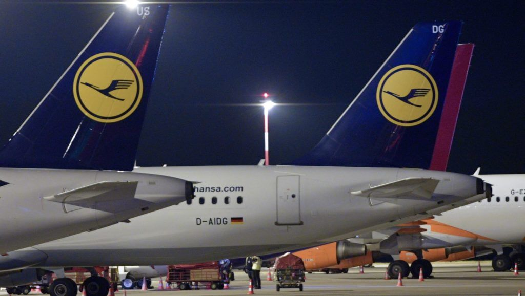 Hamburg, 2016. november 23. A Lufthansa német légitársaság repülõgépei egy utas a hamburgi repülõtéren 2016. november 23-án, miután a Lufthansa pilótái megkezdték kétnapos sztrájkjukat. A bérvita miatt meghirdetett munkabeszüntetés miatt 876 járatot töröltek, és ez mintegy 100 ezer utast érint. (MTI/EPA/Axel Heimken)