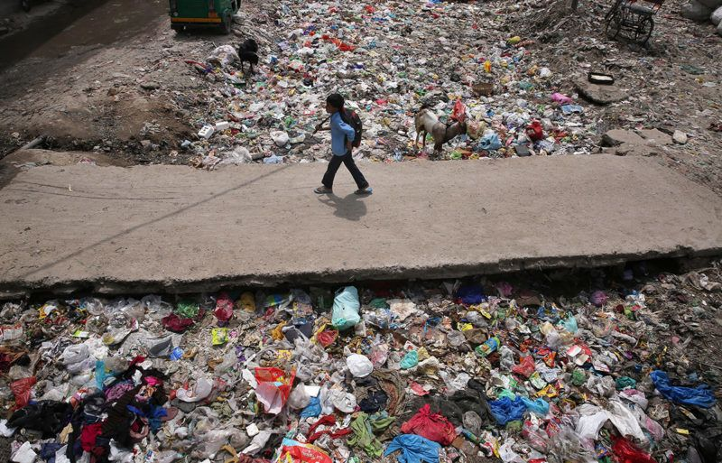 Újdelhi, 2017. április 22.Szeméthalmon átvezető úton gyalogol egy kisfiú Újdelhiben 2017. április 22-én, a Föld napján. Ezen a napon a világ országaiban különféle akciókkal hívják fel a figyelmet a környezetvédelem fontosságára. (MTI/EPA/Radzsat Gupta)