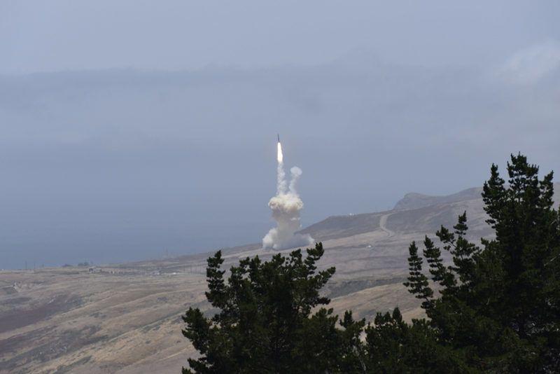Vandenberg légi támaszpont, 2017. május 31.Az amerikai Rakétavédelmi Ügynökség (MDA) által közreadott képen felbocsátanak egy megsemmisítő rakétát a kaliforniai Vandenberg légi támaszpontról, hogy lelőjön egy interkontinentális ballisztikus rakétákhoz (ICBM) hasonló robbanófejet egy rakétavédelmi teszt során 2017. május 30-án. A megsemmisítő rakéta lelőtte a Marshall-szigetekhez tartozó Kwajalein-atollról Alaszka partvidékének irányába fellőtt ballisztikus rakétát a Csendes-óceán felett. (MTI/EPA/MDA)