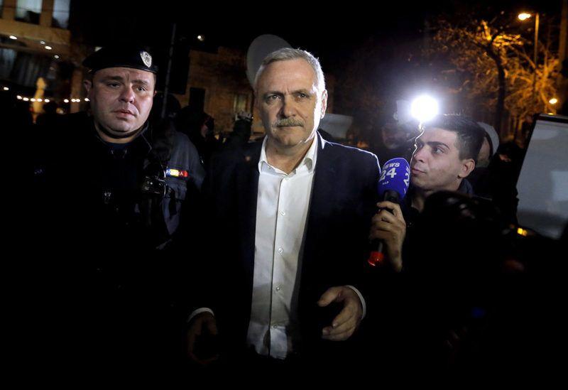 Bukarest, 2017. november 21.Liviu Dragnea, a román Szociáldemokrata Párt (PSD) elnöke (k) érkezik meghallgatására a korrupcióellenes ügyészség (DNA) bukaresti központjába 2017. november 21-én. Az ügyészség lefoglalta a román kormány fő erejét képező PSD elnökének valamennyi ingatlanját és ingóságát, részvényeit, bankszámláin elhelyezett pénzét, valamint minden egyéb bevételét. Az ügyészek 127,5 millió lejt (mintegy 8,5 milliárd Ft) kérnek számon Dragneán, ugyanis állításuk szerint ennyivel károsította meg az államot. (MTI/EPA/Robert Ghement)