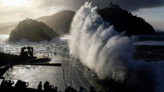 San Sebastián, 2018. január 18.Hatalmas hullám csap ki egy tengerparti sétányra az észak-spanyolországi San Sebastiánban 2018. január 18-án. (MTI/EPA/Juan Herrero)