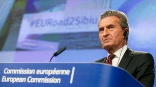 Brüsszel, 2018. február 14. Günther Öttinger, a költségvetési és emberi erõforrások uniós biztosa közös sajtóértekezletet tart Jean-Claude Junckerrel, az Európai Bizottság elnökével az Európai Unió 2020 utáni keretköltségvetésérõl szóló tanácskozás után 2018. február 14-én. (MTI/EPA/Stephanie Lecocq)