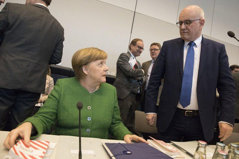Berlin, 2018. március 13.Angela Merkel német kancellár, a Kereszténydemokrata Unió (CDU) elnöke (b) és Volker Kauder, a Kereszténydemokrata Unió, a CDU frakcióvezetője (j) a CDU és a Keresztény Szociális Unió (CSU) parlamenti képviselőcsoportjának ülésén Berlinben 2018. március 13-án. Merkel és Horst Seehofer bajor tartományi miniszterelnök, a Keresztényszociális Unió (CSU) elnöke, valamint Olaf Scholz hamburgi polgármester, a Német Szociáldemokrata Párt (SPD) ügyvezető elnöke előző nap aláírta a kormánykoalíciós szerződést. Az új szövetségi kormány várhatóan március 14-én alakul meg. (MTI/EPA/Omer Messinger)