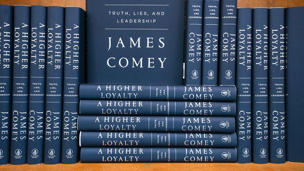 """Washington, 2018. április 17.James Comey volt FBI-igazgató A Magasabb rendű hűség: igazság, hazugságok és vezetői képesség (A Higher Loyalty: Truth, Lies, and Leadership ) című emlékiratának kötetei egy washingtoni könyvesboltban az árusítás megkezdésének napján, 2018. április 17-én. A menesztett titkosszolgálati vezető az ABC televíziónak április 15-én adott egyórás interjújában úgy fogalmazott, hogy Donald Trump """"morálisan alkalmatlan"""" az elnökségre. Donald Trump egy Twitter-bejegyzésben élesen támadta és hazugnak nevezte James Comey, a Szövetségi Nyomozó Iroda (FBI) volt igazgatója emlékiratait. (MTI/EPA/Jim Lo Scalzo)"""
